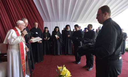 Pope tells Egypt religious to never fear or flee from the cross