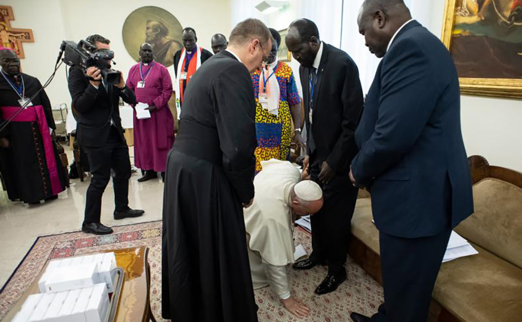 At retreat for South Sudan leaders, pope literally begs for peace