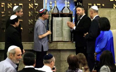 Cardinal Tagle visits synagogue to boost dialogue