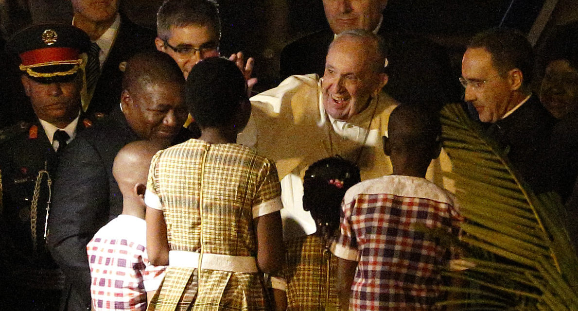 President, dancers, crowds welcome Pope Francis to Mozambique