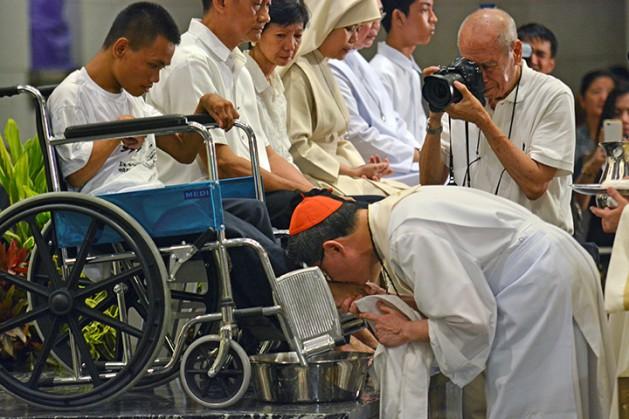 Cardinal Tagle to wash feet of drug surrenders, police