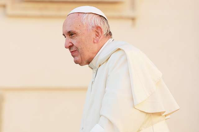 ISIS captive among new refugees welcomed by Pope Francis