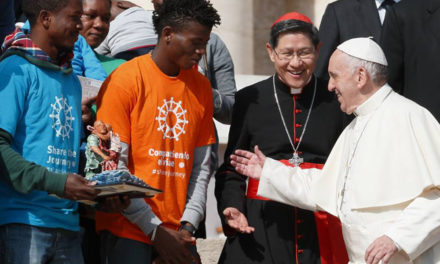 Build peace by welcoming migrants, refugees, pope says in message