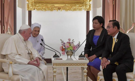 Strive for unity amid diversity, Pope Francis tells authorities in Thailand