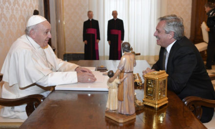 Pope meets president of Argentina; no news of papal trip home