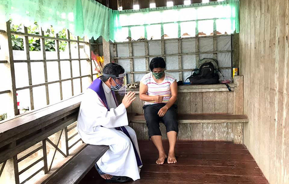Leyte priest offers 'door-to-door' confession, communion amid lockdown