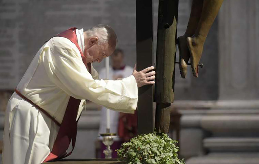 The cross has changed the meaning of suffering, says papal preacher on Good Friday