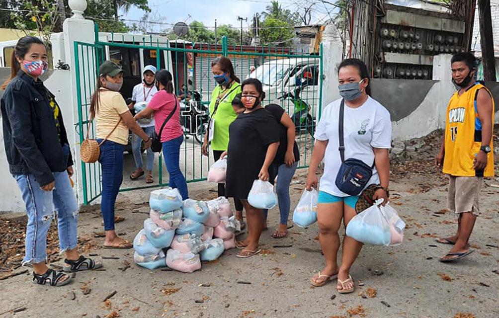 Chinese Catholics aid Manila's poor amid lockdown