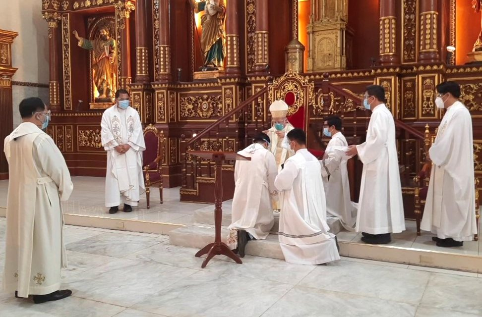 'Gifted to give': Cardinal Advincula sends 2 missionary priests abroad